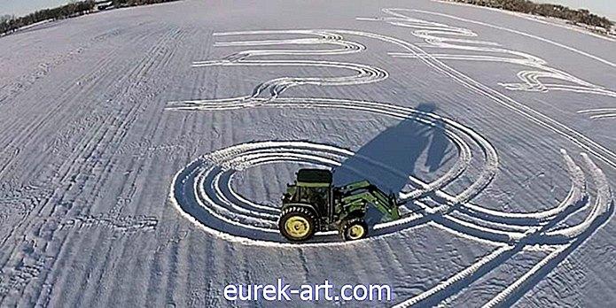 """Dieses Video eines Traktors, der """"frohe Weihnachten"""" in den Schnee schreibt, ist überraschend schön"""