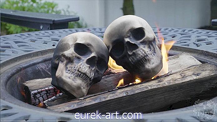 Need 30-dollarilised kolju logid muudavad teie kamina Halloweeni jaoks eriti jubedaks-ideede kaunistamine