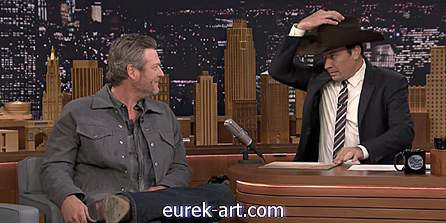 Tonton Blake Shelton Crack Up Apabila Jimmy Fallon Serenades Dia